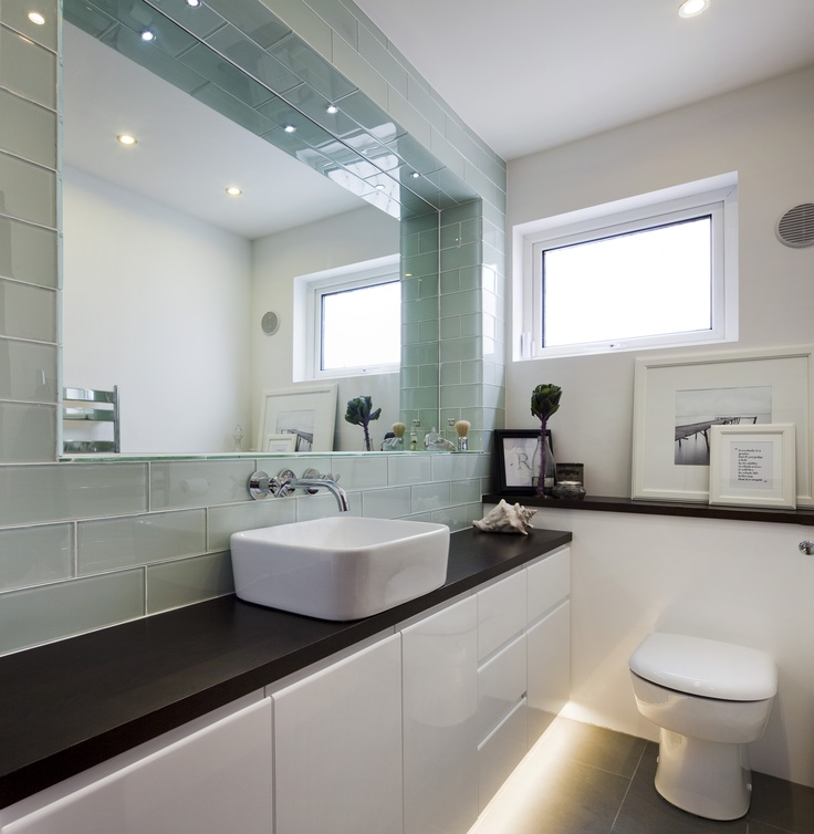10 ways to make a small bathroom looks bigger for Simple small bathroom designs